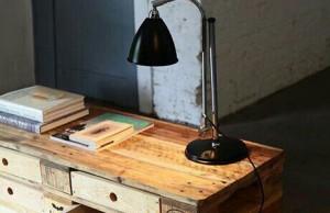 Europalette: Tisch mit Schubladen