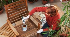 Gartenmöbel aufarbeiten: Wann Sie abschleifen und ölen müssen