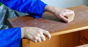 Holz abschleifen: Sandpapier hilft gegen Kratzer