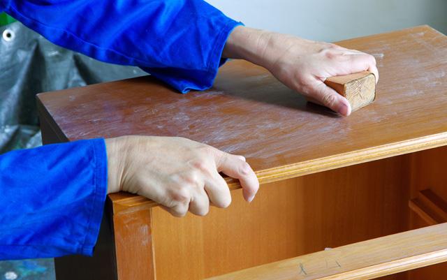 holz abschleifen sandpapier hilft gegen kratzer. Black Bedroom Furniture Sets. Home Design Ideas