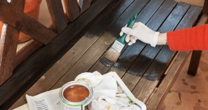 Holz abbeizen: So kriegen Sie die alte Farbe runter