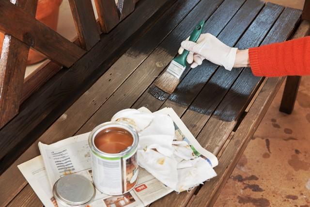 Extrem Holz abbeizen: So kriegen Sie die alte Farbe runter BZ96