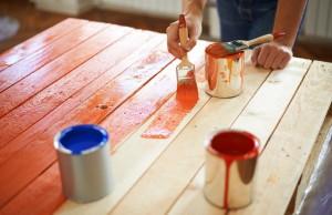 Holzmöbel streichen: Worauf Sie unbedingt achten müssen