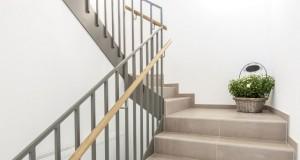 Massivtreppe einbauen: Vorteil einer Bausatztreppe