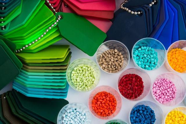 Anstrichtechnik Teil 1: Dekor-Effekte mit bunten Farbplättchen