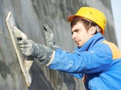 Fassadenuntergrund prüfen und für den Neuanstrich vorbereiten