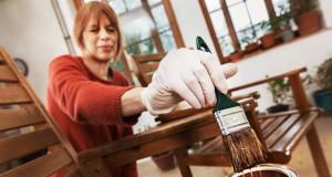 Holz schützen und verschönern: 3 Tipps für innen und außen