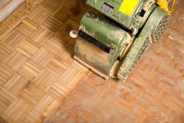 Parkettboden  Parkettboden auffrischen - So schleifen, versiegeln & wachsen Sie ...