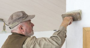 Tapezieren: Wie Sie den Untergrund vorbereiten