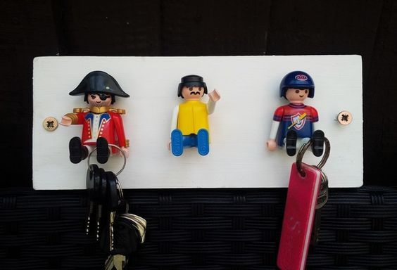 Im Kinderzimmer Dürfen Die Kleiderhaken Ruhig Verspielt Sein. Fragen Sie  Ihr Kind Doch Einfach Mal, Ob Sie Ein Paar Playmobil Figuren Haben Können.