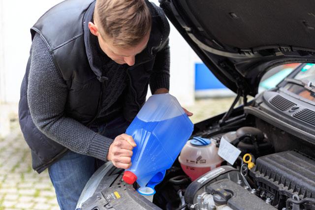 Auto winterfest machen Tipps Checkliste - Scheibenwasser Frostschutz