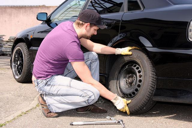 Autoreifen wechseln Anleitung Reifen aufsetzen