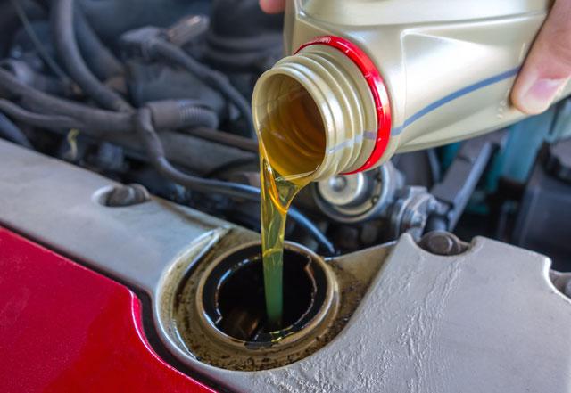 Ölwechsel selber machen - Anleitung und Tipps neues Öl einfüllen