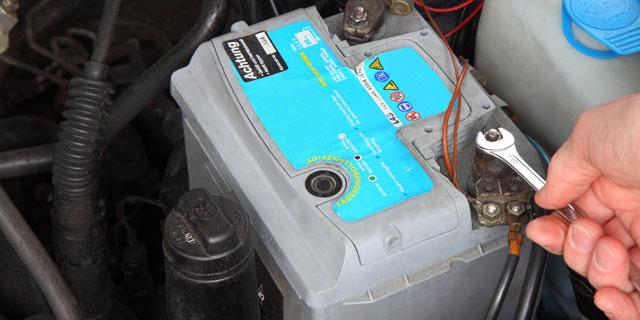 Alte Autobatterie entfernen