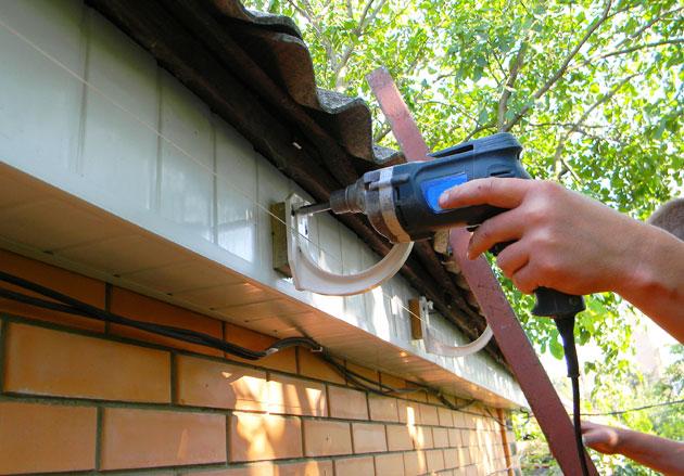 Relativ Dachrinne am Gartenhaus anbringen - Schritt für Schritt erklärt LG24