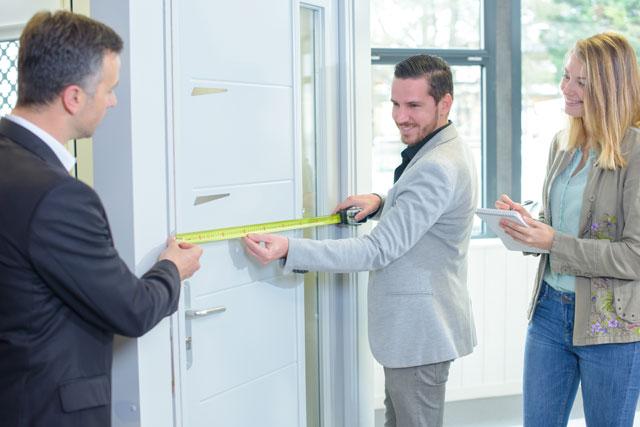 Glastür einbauen - vorher genau ausmessen