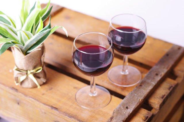 Tisch aus Weinkisten bauen - Anleitung und Tipps ...