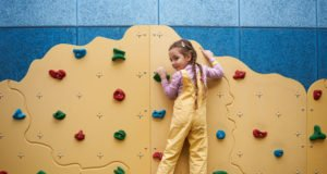 Kletterwand im Kinderzimmer bauen