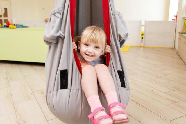 Schaukel im Kinderzimmer: Tipps zu Modell, Montage ...