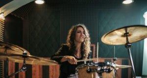 Frau spielt Schlagzeug