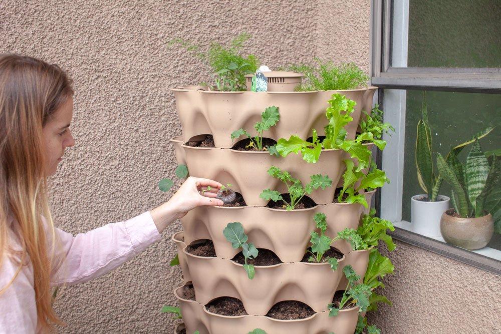 Pflanzturm mit Kräutern auf dem Balkon