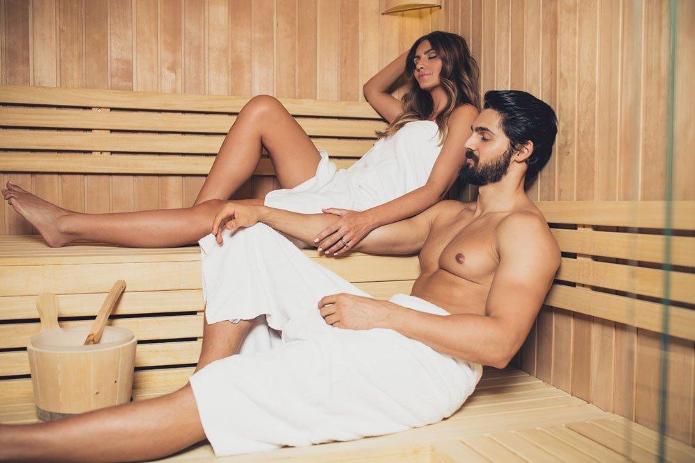 Paar sitzt in einer Sauna