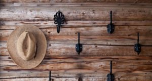 Hut hängt am Kleiderhaken an individueller Garderobe.