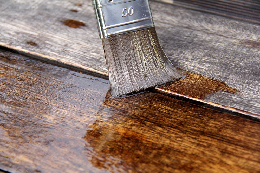 Gebaute Garderobe wird mit Holzschutz versehen.
